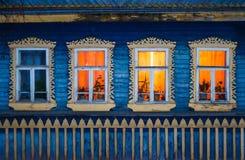 Φως στα παράθυρα σε ένα σπίτι στο χωριό στοκ φωτογραφίες με δικαίωμα ελεύθερης χρήσης