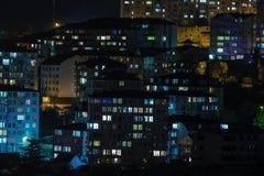 Φως στα παράθυρα των κατοικιών Ανοίγει και από το φως στα παράθυρα των σπιτιών