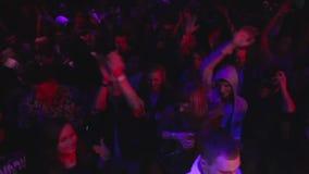 Φως στροβοσκόπιων στη λέσχη νύχτας κατά τη διάρκεια του κόμματος ντισκοτέκ στο εσωτερικό, χορός ανθρώπων απόθεμα βίντεο