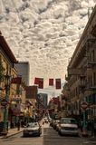 Φως της ημέρας Chinatown με τα ορατά σύννεφα Cirrocumulus ανωτέρω στοκ εικόνα