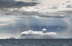 Φως του ήλιου μέσω της βροχής και του σύννεφου πέρα από το βουνό Στοκ Εικόνες