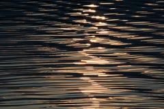 Φως του ήλιου βραδιού στον ποταμό στοκ εικόνες