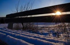 Φως του ήλιου μέσω του χιονώδους πάγκου Στοκ Φωτογραφία