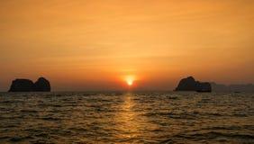 Φως του ήλιου στη θάλασσα όταν ηλιοβασίλεμα Στοκ εικόνα με δικαίωμα ελεύθερης χρήσης