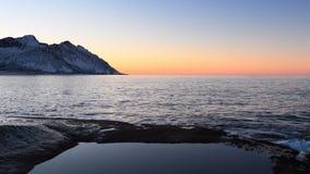 Φως του ήλιου στη σειρά βουνών Okshornan στο νησί Senja στη βόρεια Νορβηγία απόθεμα βίντεο