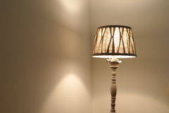 Φως του λαμπτήρα στο δωμάτιο στοκ φωτογραφία με δικαίωμα ελεύθερης χρήσης