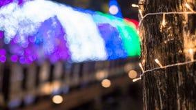 Φως των οδηγήσεων Bokeh στο δέντρο στη ημέρα των Χριστουγέννων σε Lampang Ταϊλανδός Στοκ Φωτογραφίες