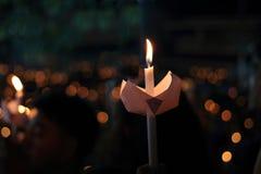 Φως φλογών κεριών τη νύχτα με το υπόβαθρο bokeh αφαιρέστε τα κεριά ανασκό&p Στοκ Φωτογραφίες