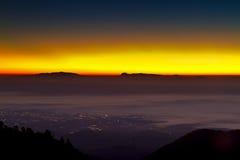 Φως Eautiful πίσω από το βουνό στο χρόνο πρωινού με Στοκ Εικόνες