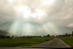 Φωτίστε από τον ουρανό έρχεται αληθινά σύννεφα στοκ φωτογραφία