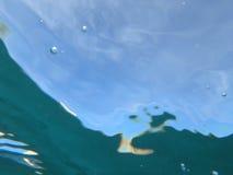 Φωταγωγός υποβρύχιος με τους κυματισμούς κυμάτων Στοκ Εικόνα