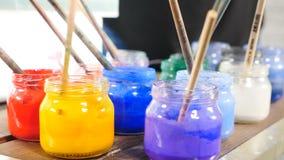 Φωτεινά βάζα γυαλιού με το χρώμα ακουαρελών μέσα Τέχνη Ebru o Βούρτσες χρωμάτων στα βάζα Πολλά διαφορετικά ακρυλικά χρώματα απόθεμα βίντεο