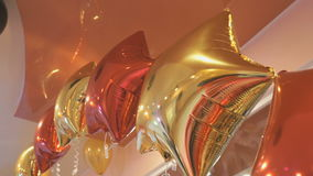 Φωτεινά ζωηρόχρωμα μπαλόνια με μορφή των αστεριών απόθεμα βίντεο
