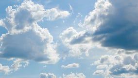 Φωτεινά ηλιόλουστα σύννεφα, όμορφος ουρανός στην ημέρα ως υπόβαθρο απόθεμα βίντεο