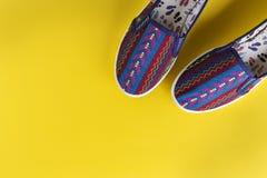 Φωτεινά θηλυκά παπούτσια Στοκ Φωτογραφίες