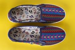 Φωτεινά θηλυκά παπούτσια Στοκ φωτογραφίες με δικαίωμα ελεύθερης χρήσης