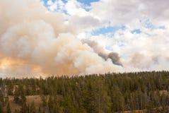 Φωτεινά καίγοντας σύννεφα πυρκαγιάς στο πάρκο Yellowstone Στοκ Εικόνες