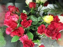 Φωτεινά και ελκυστικά κόκκινα τριαντάφυλλα ανθοδεσμών στον ανθοκόμο Στοκ φωτογραφία με δικαίωμα ελεύθερης χρήσης