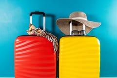 Φωτεινά και μοντέρνα βαλίτσες και εξαρτήματα μεγέθους καμπινών ως έννοια διακοπών στοκ εικόνες