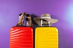 Φωτεινά και μοντέρνα βαλίτσες και εξαρτήματα μεγέθους καμπινών ως έννοια διακοπών στοκ εικόνες με δικαίωμα ελεύθερης χρήσης