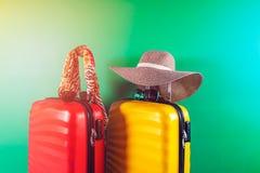 Φωτεινά και μοντέρνα βαλίτσες και εξαρτήματα μεγέθους καμπινών ως έννοια διακοπών στοκ εικόνα με δικαίωμα ελεύθερης χρήσης