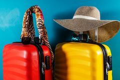 Φωτεινά και μοντέρνα βαλίτσες και εξαρτήματα μεγέθους καμπινών ως έννοια διακοπών στοκ φωτογραφίες με δικαίωμα ελεύθερης χρήσης