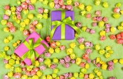 Φωτεινά κιβώτια δώρων και χρωματισμένο popcorn καραμέλας Υπόβαθρα και συστάσεις διακοπών Στοκ φωτογραφία με δικαίωμα ελεύθερης χρήσης