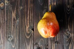Φωτεινά κόκκινος-κίτρινα αχλάδια σε ένα καλάθι στοκ φωτογραφίες με δικαίωμα ελεύθερης χρήσης