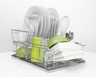 Φωτεινά πιάτα που ξεραίνουν στο ράφι πιάτων μετάλλων Στοκ Φωτογραφία