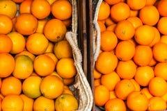 Φωτεινά πορτοκάλια για την πώληση σε δύο καλάθια στις οδούς Palma, Majorca στοκ εικόνες με δικαίωμα ελεύθερης χρήσης
