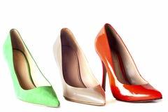 Φωτεινά, πολύχρωμα θηλυκά παπούτσια στα υψηλά τακούνια Στοκ Φωτογραφίες