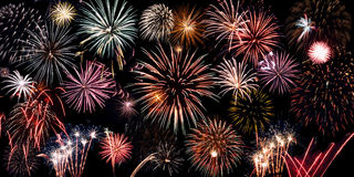 φωτεινά πυροτεχνήματα κο& Στοκ φωτογραφία με δικαίωμα ελεύθερης χρήσης
