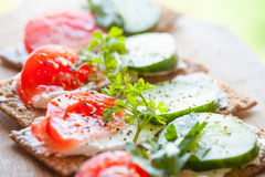 Φωτεινά σάντουιτς Φινλανδικό τραγανό ψωμί σίκαλης Στοκ εικόνα με δικαίωμα ελεύθερης χρήσης
