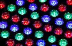 Φωτεινά φω'τα ενός νυχτερινού κέντρου διασκέδασης με τους χρωματισμένους βολβούς πολλών χρωμάτων Στοκ Εικόνες