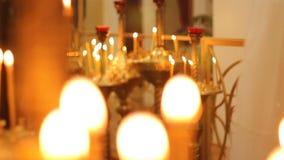 Φωτεινά φω'τα κεριών εκκλησιών που τρέμουν, φωτίζοντας πορεία στο Θεό για τις χαμένες ψυχές απόθεμα βίντεο