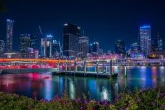 Φωτεινά φω'τα νύχτας της πόλης στοκ φωτογραφίες