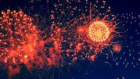 Φωτεινά φω'τα πυροτεχνημάτων στον ουρανό τη νύχτα απόθεμα βίντεο