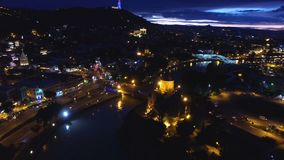 Φωτεινά φω'τα πόλεων στη μητροπολιτική περιοχή, πανοραμικό μήκος σε πόδηα κηφήνων, νύχτα φιλμ μικρού μήκους