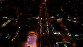 Φωτεινά φω'τα της πόλης νύχτας, κυκλοφορία στους δρόμους της αίθουσας παγοδρομίας λεωφόρων, λεωφόρων και πάγου απόθεμα βίντεο