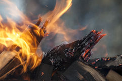 Φωτεινά φλόγα και καυσόξυλο Στοκ φωτογραφία με δικαίωμα ελεύθερης χρήσης