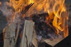 Φωτεινά φλόγα και καυσόξυλο Στοκ εικόνα με δικαίωμα ελεύθερης χρήσης