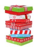 Φωτεινά χριστουγεννιάτικα δώρα που συσσωρεύονται στο άσπρο υπόβαθρο στοκ φωτογραφίες