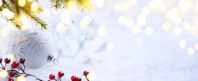 Φωτεινά Χριστούγεννα  Υπόβαθρο διακοπών με τη διακόσμηση Χριστουγέννων στο χιόνι στοκ φωτογραφίες