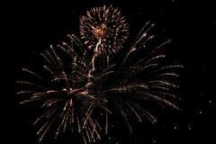 Φωτεινά χρυσά πυροτεχνήματα Στοκ εικόνα με δικαίωμα ελεύθερης χρήσης