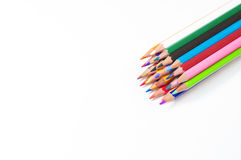 Φωτεινά χρωματισμένα μολύβια στο άσπρο υπόβαθρο στοκ φωτογραφίες