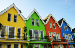 Φωτεινά χρωματισμένα ξύλινα σπίτια στη Βόρεια Ιρλανδία Στοκ φωτογραφία με δικαίωμα ελεύθερης χρήσης
