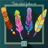 Φωτεινά χρωματισμένα φτερά με τις χάντρες σε ένα σμαραγδένιο πράσινο υπόβαθρο Στοκ Φωτογραφίες