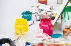 Φωτεινά χρώματα στα βάζα, εικόνα υποβάθρου εργαλείων καλλιτεχνών Στοκ φωτογραφία με δικαίωμα ελεύθερης χρήσης