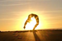 Φωτεινά sunrays πίσω από την κύρια σκιαγραφία διαμόρφωσης γιόγκη Στοκ Φωτογραφίες