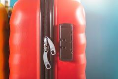 Φωτεινές βαλίτσες μεγέθους καμπινών ως έννοια διακοπών στοκ φωτογραφία